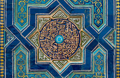 Belagd med tegel bakgrund med orientaliska prydnadar Royaltyfri Foto