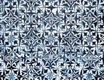 Belagd med tegel bakgrund med orientaliska prydnadar Arkivbild