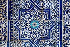 Belagd med tegel bakgrund med orientaliska prydnadar Arkivfoto