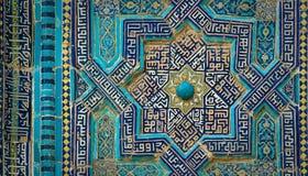 Belagd med tegel bakgrund med orientaliska prydnader Royaltyfria Foton