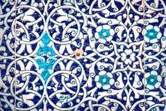 Belagd med tegel bakgrund med orientaliska prydnader Royaltyfri Fotografi