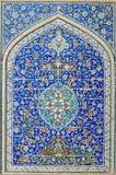 Belagd med tegel bakgrund, orientaliska prydnadar från Isfahan royaltyfri fotografi