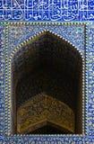 Belagd med tegel bakgrund, orientaliska prydnadar från Isfahan Arkivfoton