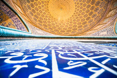 Belagd med tegel orientalisk vägg och kupol på den Jame Abbasi moskén Arkivfoton