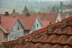 Belagd med tegel tak och linje av hus Arkivbild