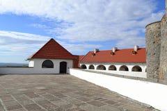 Belagd med tegel tak och sky för visning jordning Arkivfoton