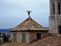 Belagd med tegel tak och weathervane, Girona, Spanien royaltyfria foton