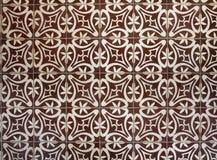 Belagt med tegel golv med bruna medelhavs- garneringar Royaltyfri Foto
