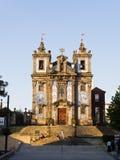 Belagt med tegel härligt sätta en klocka på står hög och facaden av den Porto Sen Royaltyfri Foto
