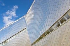 belagt med tegel modernt för byggnadsfacade Arkivbild