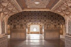 Belagt med tegel rum för silver spegel i det Jaipur fortet royaltyfri fotografi