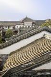 Belagt med tegel tak av kinesiska traditionella byggnader i solig eftermiddag Royaltyfri Fotografi