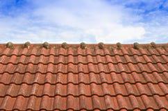Belagt med tegel tak med blå himmel för fluffigt moln Arkivbilder