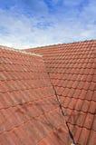 Belagt med tegel tak med blå himmel för fluffigt moln Royaltyfria Bilder