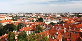 Belagt med tegel taklägger av gammala hus i Prague Royaltyfri Fotografi