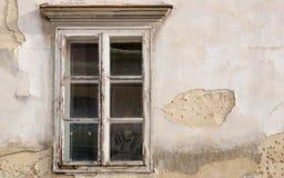 Belagt med tegel träfönster på en gammal byggnad Arkivbilder