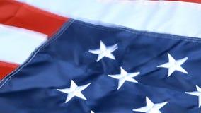 Belamente acenando no vento, na estrela e nas listras, bandeira do Estados Unidos da América Vermelho, branco e azul 4 de julho c vídeos de arquivo