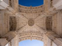 Belamente o teto do arco triunfal Arco a Dinamarca Rua Augusta no quadrado Praça do comércio faz Comercio em Lisboa, Portugal imagens de stock royalty free