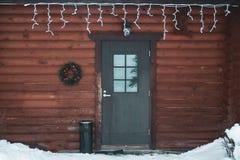Belamente porta simples da casa decorada por feriados do Natal, foto de stock