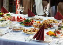 Belamente tabela de banquete com alimento Foto de Stock