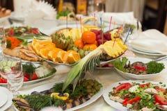 Belamente tabela de banquete com alimento Imagens de Stock Royalty Free