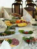 Belamente tabela de banquete com alimento Fotografia de Stock