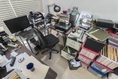 Belamrat smutsigt affärskontor med mappaskar arkivbild