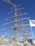 Belangrijke mast, vlaggen en bemanning stock foto