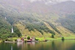 Belangrijkst standpunt van Tuftofossen-waterval en Tufto-landbouwbedrijf in Noorwegen royalty-vrije stock foto
