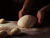 Belangrijkste bakker die deeg voor brood in een bakkerij voorbereiden Keukenberoeps royalty-vrije stock afbeeldingen