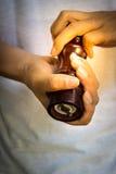 Belangrijkste gebruikende pepermolen Stock Foto