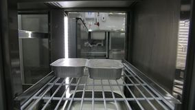 Belangrijkste Handen gezette container met voedsel in koelkast Gezonde levensstijl, dieetvoedsel stock footage