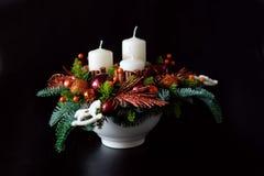 Belangrijkste van de de winterlijst kroon met kaarsen, nieuw jaarspeelgoed en Royalty-vrije Stock Foto's