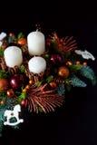 Belangrijkste van de de winterlijst kroon met kaarsen, nieuw jaarspeelgoed en Stock Fotografie