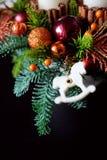 Belangrijkste van de de winterlijst kroon met kaarsen, nieuw jaarspeelgoed en Stock Afbeelding