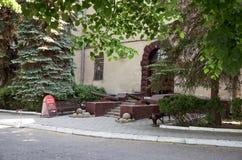 belarus Canons antiques près de la maison sur la rue de la ville de Grodno 24 mai 2017 Image stock