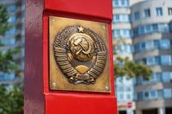 belarus El escudo de armas de URSS en Minsk Los trabajadores de todos los países unen 21 de mayo de 2017 Foto de archivo