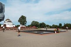 belarus Fortaleza de Brest La entrada principal al monumento de la guerra Centinela de la memoria en la llama eterna de la fortal Fotografía de archivo