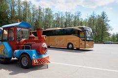 belarus Locomotora del autobús y de vapor del ` s de los niños cerca de los bosques de Belovezhskaya Pushcha 23 de mayo de 2017 Fotografía de archivo libre de regalías