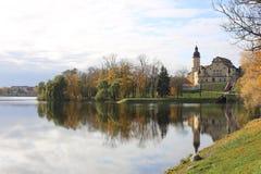Belarusian punktu zwrotnego przyciągania Nesvizh turystyczny kasztel - średniowieczny kasztel w Nesvizh, Białoruś odbicie w wodzi obraz stock