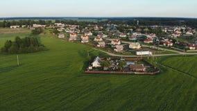 Belarusian wioska Widok z lotu ptaka przy zmierzchem w wieczór zbiory