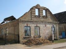 Belarusian wioska załamuje się dzisiaj niebo przez nadokiennego otwarcia Zdjęcia Stock