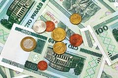 Belarussian 100 бумажных денег рубля с Belarussian монетками Стоковое Изображение RF