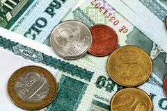 Belarussian 100 бумажных денег рубля с Belarussian монетками Стоковая Фотография RF