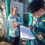 Belarussische Feuerwehrmänner prüfen Privateigentum auf Brandschutz in der Gomel-Region über Lizenzfreies Stockfoto