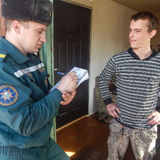 Belarussische Feuerwehrmänner prüfen Privateigentum auf Brandschutz in der Gomel-Region über Lizenzfreie Stockfotografie