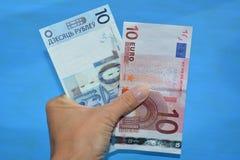 Belarussischer blauer Hintergrund der Geld- und Eurobanknoten in der Hand lizenzfreies stockfoto