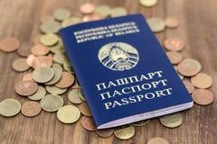 Belarussischer Pass und Banknoten mit hölzernem Plattformhintergrund Lizenzfreies Stockfoto