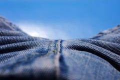 Belas artes macro extremas do fundo das fibras da roupa de cal?as de ganga nos produtos de alta qualidade 50,6 Megapixels das c?p foto de stock royalty free