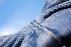 Belas artes macro extremas do fundo das fibras da roupa de cal?as de ganga nos produtos de alta qualidade 50,6 Megapixels das c?p fotografia de stock royalty free